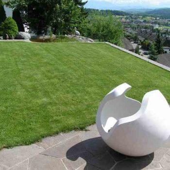 Skulptur Kugel im Garten
