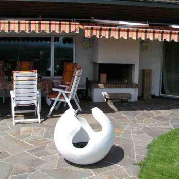 Kugel im Garten, Skulptur vor Esstisch