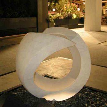 Skulptur Ring auf Kies