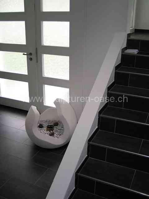 Skulptur Kugel neben Treppe
