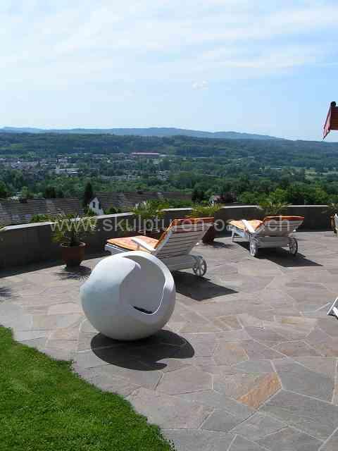 Skulptur Kugel im Garten, schöne Aussicht