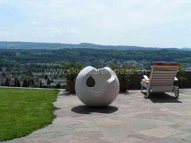 Kugel im Garten, Skulptur mit herrlicher Aussicht