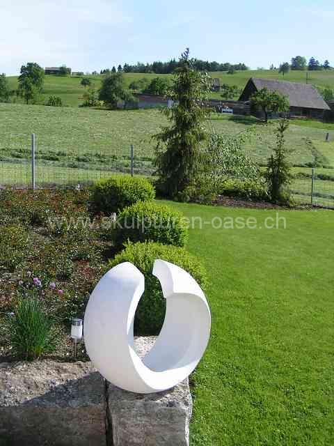 Ring Skulptur im Garten und Weitsicht