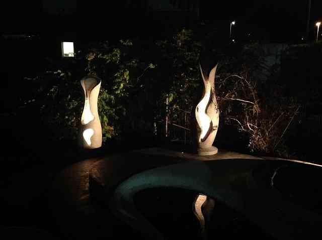 Skulpturen Amphoren beleuchtet aussen