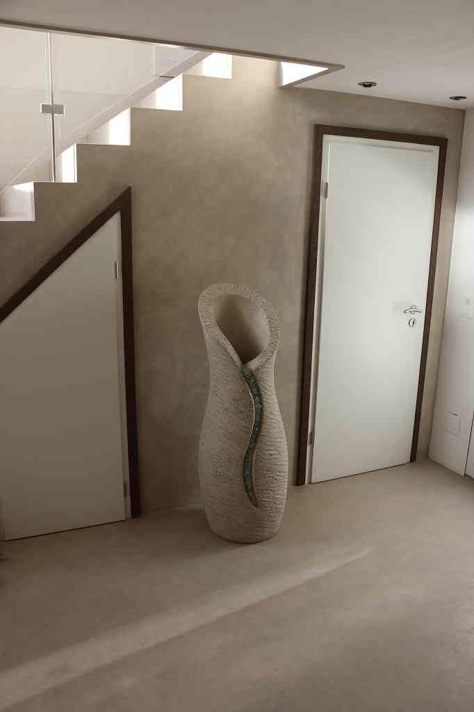 Amphore hellgrau, Skulptur vor Türe