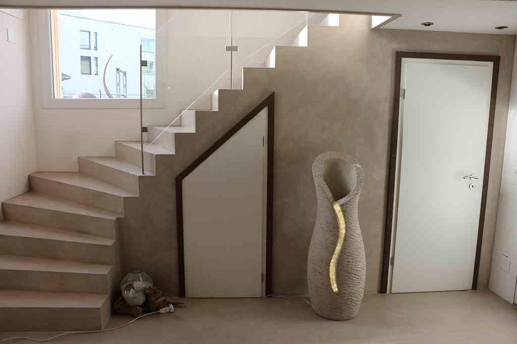 Amphore hellgrau, Skulptur vor Treppe