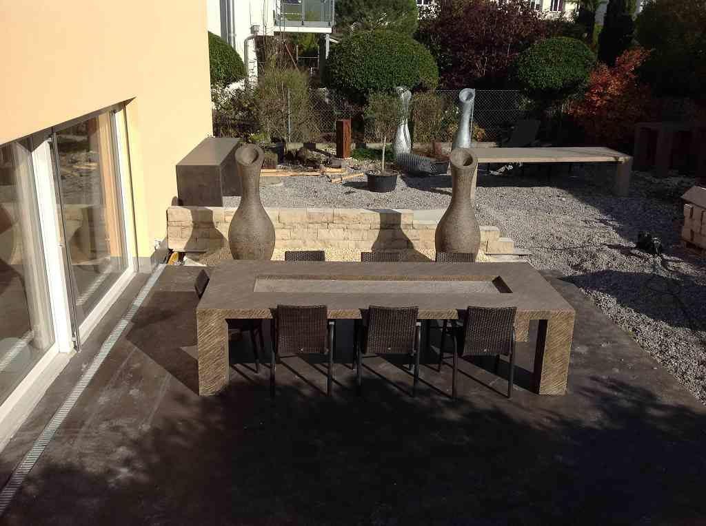 Skulpturen Oase mit Tisch und Amphoren