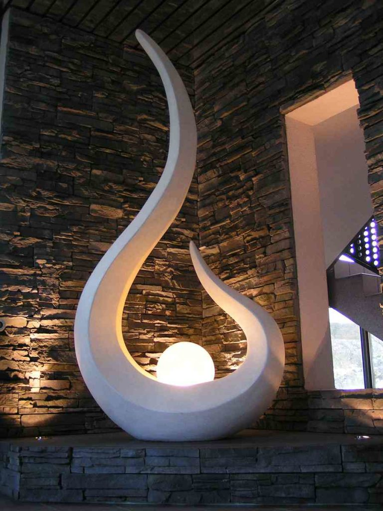 Skulptur Tropfen beleuchtet in Ecke