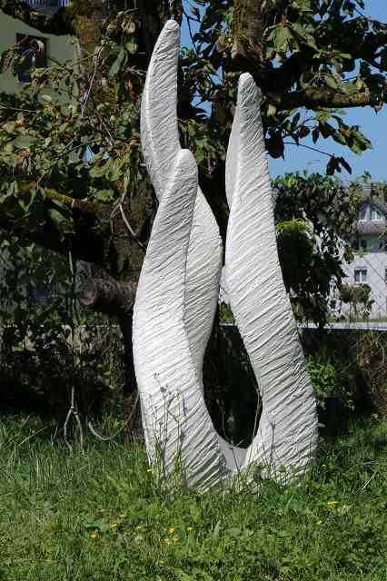Skulptur 3 Bein im Garten