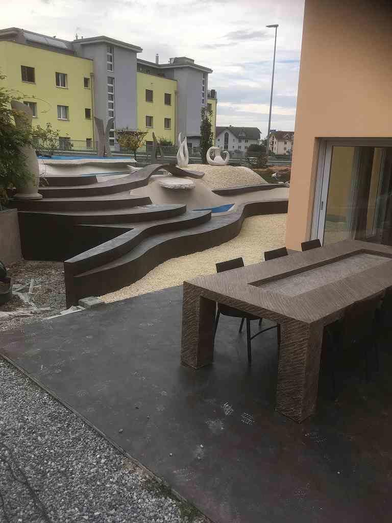 Tisch und Skulpturen Oase, Vorgarten Schweiz