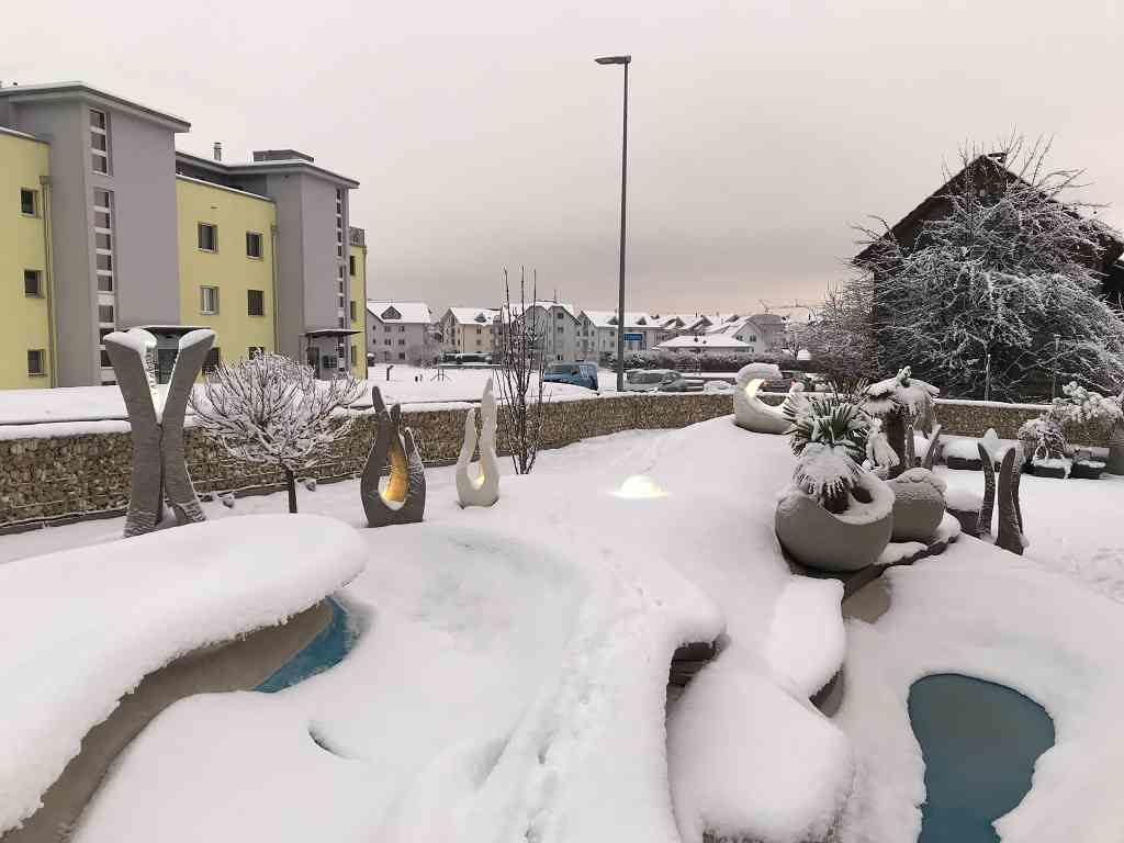 Aussenaufnahme Skulpturen Oase im Winter, beleuchtet