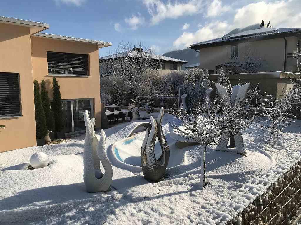Aussenaufnahme Skulpturen Oase im Winter, Garten Schweiz