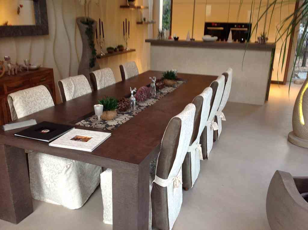 Tisch mit Skulpturen